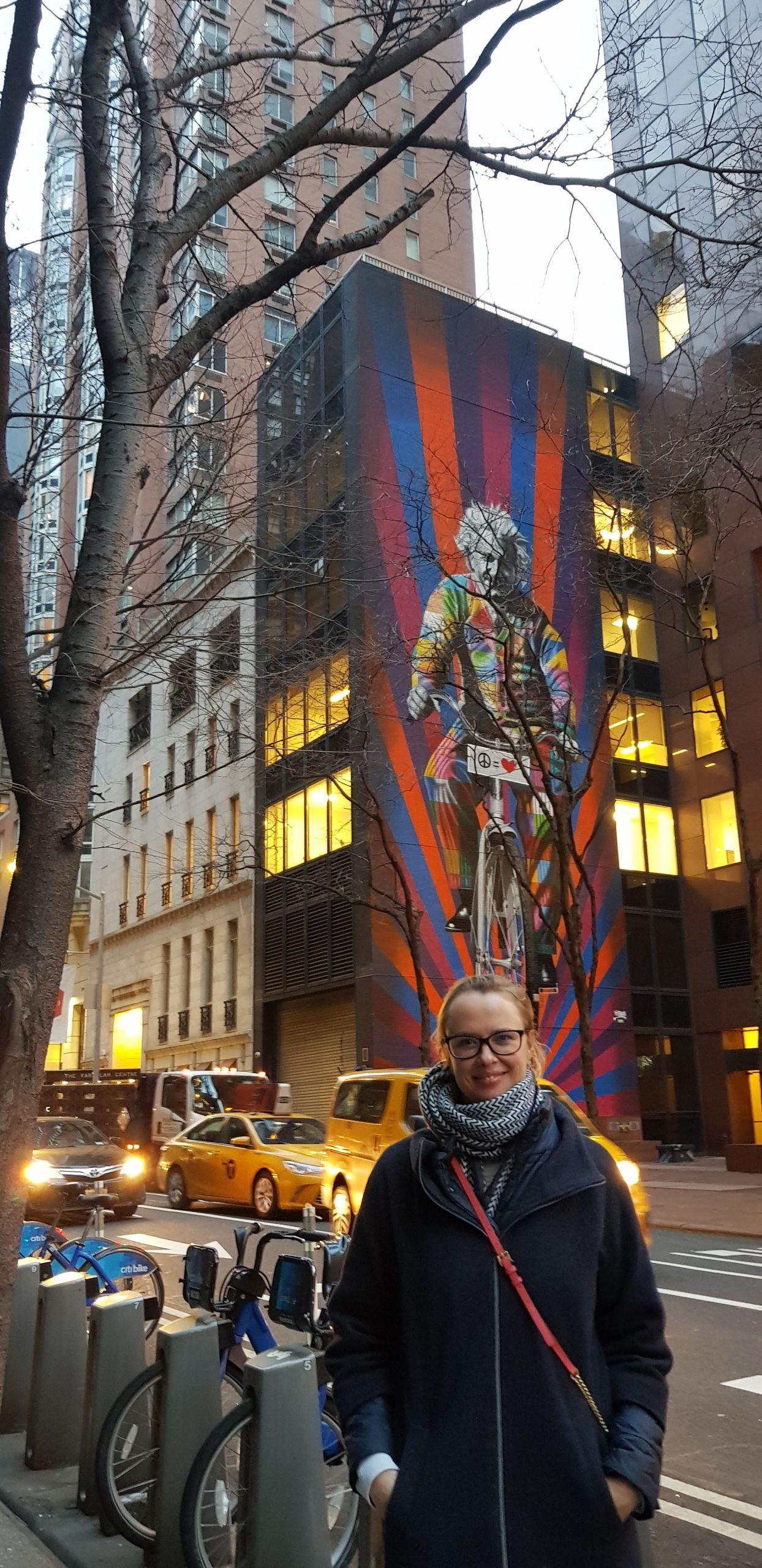 Gretel in New York vor einem Wandgemälde mit Einstein