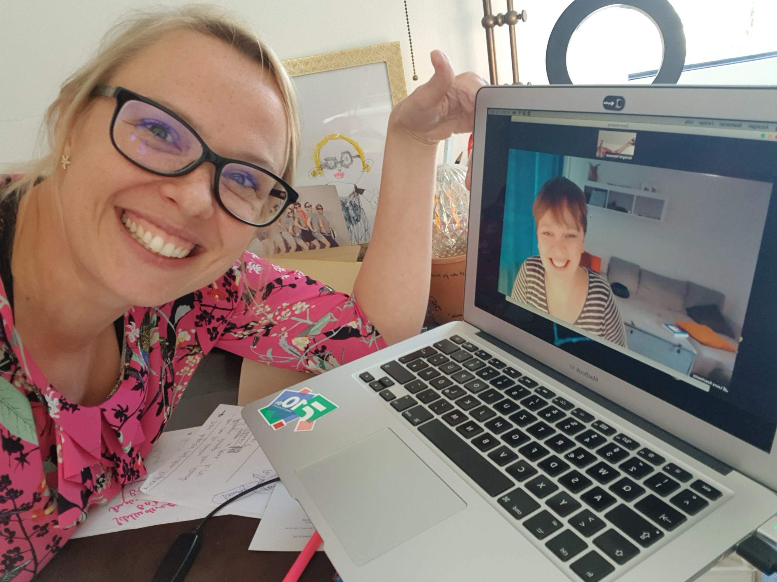 Selfie von Gretel und Laura. Laura ist per Video dazugeschaltet