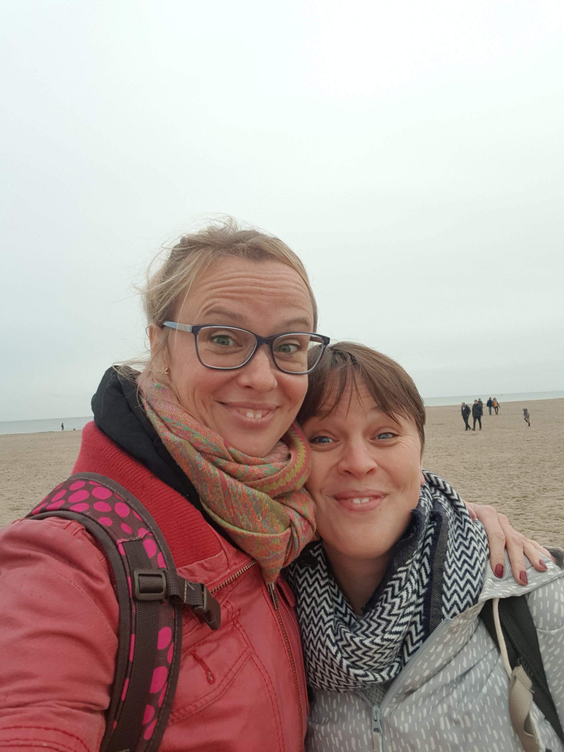 Gretel und Laura Arm in Arm am Strand in Warnemünde