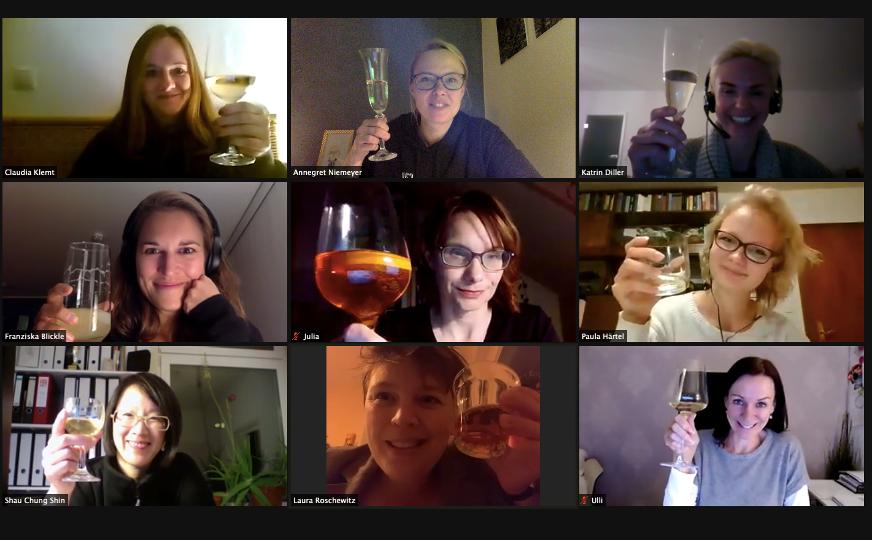 9 Ladies stoßen virtuell miteinandern an