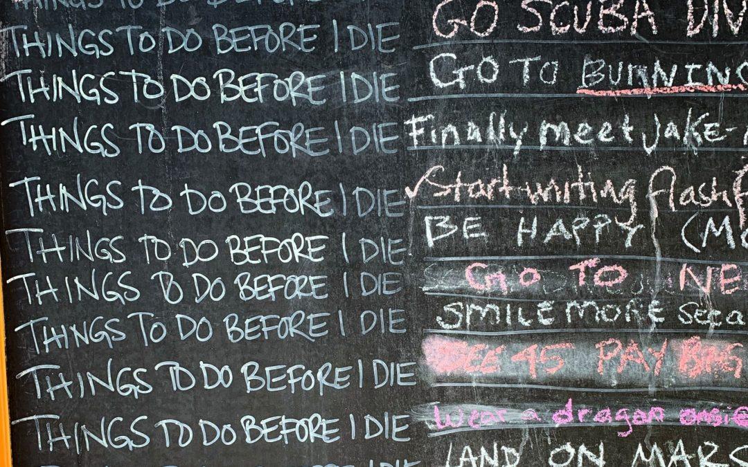 Auf einer Tafeln stehen viele Zeilen, die alle mit Things before I die beginnen
